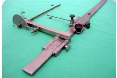 The measuring instrument consists of a threaded rod (1) and an attached outrigger with an angular scale (5) (180°),